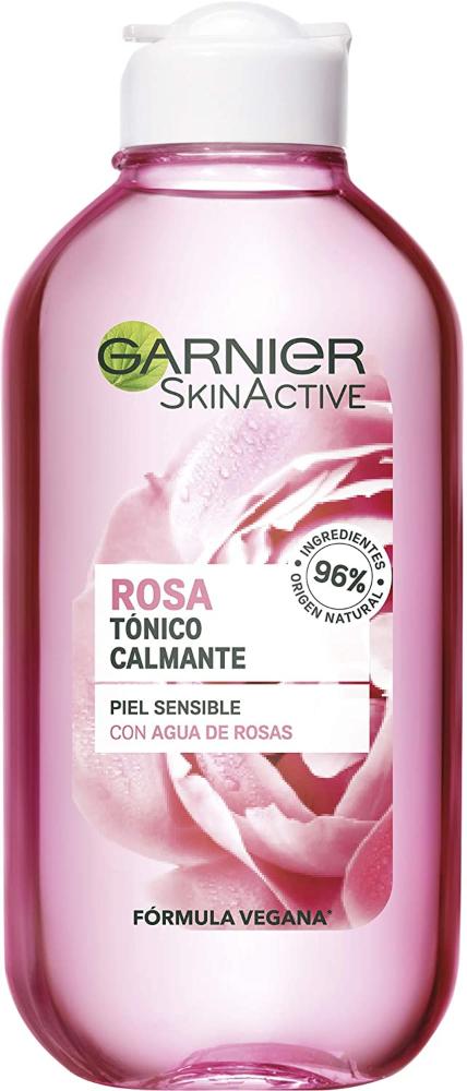 """Garnier es una marca puntera en productos para el cuidado facial que se aupó hasta los primeros puestos de los más vendidos dirigiéndose a un público joven. Con el tiempo ha conseguido superar la etiqueta """"para gente joven"""" y a día de hoy es una marca utilizada no solo por mujeres de todas las edades, sino también por hombres. La marca nos ofrece tres tónicos, dos de la línea Skin Active Botánica y el agua micelar de Garnier Bio, que al ser un producto multifunción también actúa como un tónico, motivo por el que, en su página web, aparece con los mismos. Vamos a analizar los tres, prestando atención a sus ingredientes más que a los supuestos beneficios que la propia marca les atribuye, para ver si hay correspondencia real entre unos y otros. Los tónicos de la línea botánica están hechos con un 96% de ingredientes naturales y el agua micelar tiene certificado COSMOS-Ecocert. Si hay algo que caracteriza a Garnier es que tiene buenos precios y que vende mucho... muchísimo. En algunos productos como el agua micelar, está en el ranking de las marcas más vendidas, que no se corresponde necesariamente con el de las mejores aguas micelares. Hoy vamos a revisar sus tónicos de la línea Skin Active Botánica, que cuenta con un 96% de ingredientes de origen natural. Si no conoces las diferencias entre el tónico y el agua micelar, te recomiendo que leas nuestro post Diferencia entre tónico y agua micelar, donde podrás descubrir las distintas características de cada uno y sus funciones. Es indudable que Garnier, como tantas otras marcas, se ha apuntado al carro de lo natural, lo bio y lo sostenible, pero mi sensación es que eso tiene más que ver con la imagen de marca y la necesidad de seguir en el top de los más vendidos, y no con un verdadero interés por ofrecer a sus clientes productos de la mejor calidad. Pese a todo, sigue utilizando muchos ingredientes baratos y algunos poco recomendables, aunque no hay duda de que todos ganamos cuando las grandes empresas de cosmética revis"""